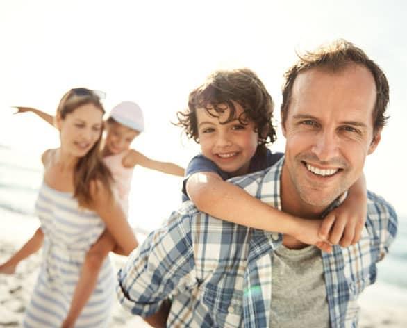 Familie am Strand / Cover-Bild des RAL Ratgeber Familie