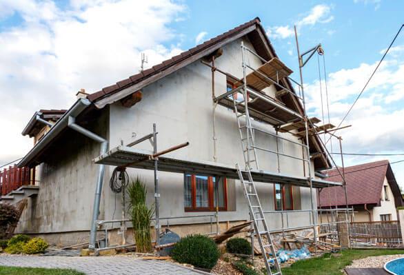 Baugerüst and Häuserfassade / Schritte zur sicheren Fassadendämmung