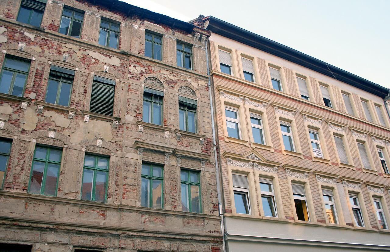 Alte Häuserfassade neben sanierter Häuserfassade / Vorteile hochwertiger Fenster für Sanierer